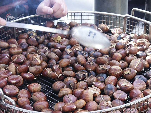 800px-Chestnuts_roasted